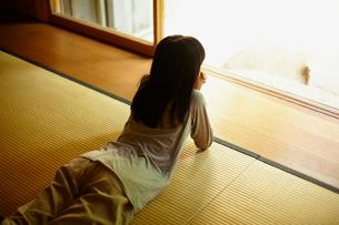 畳の上に寝そべる女の子の写真素材 [FYI02050413]