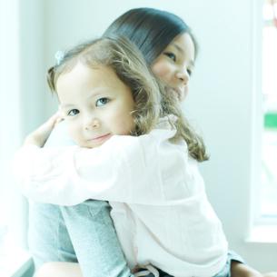 抱き合う2人の女の子の写真素材 [FYI02050427]