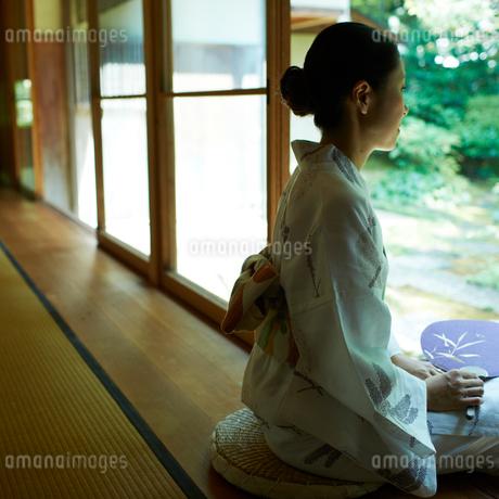 縁側に座る浴衣の女性の写真素材 [FYI02050428]