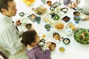 食事をするファミリーの写真素材 [FYI02050446]
