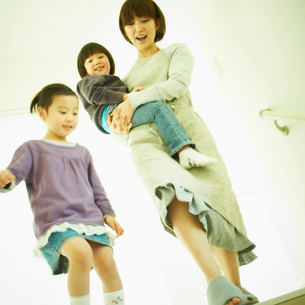 男の子を抱く母親と女の子の写真素材 [FYI02050466]