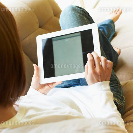 タブレットPCを操作する女性の写真素材 [FYI02050483]