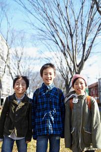 3人の小学生のポートレートの写真素材 [FYI02050503]
