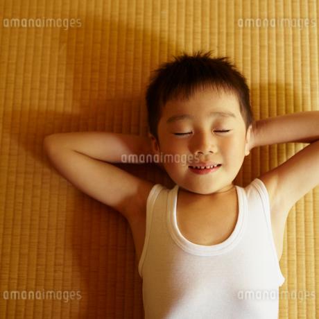 畳の上に寝転ぶ男の子の写真素材 [FYI02050506]