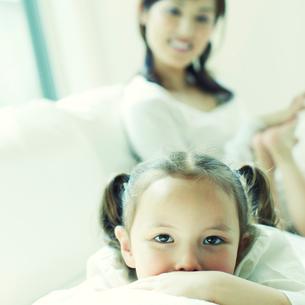 リラックスする女の子と足をマッサージする母親の写真素材 [FYI02050519]