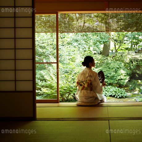 縁側に座る浴衣の女性の写真素材 [FYI02050555]