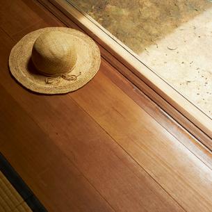 縁側に置いた麦わら帽子の写真素材 [FYI02050557]