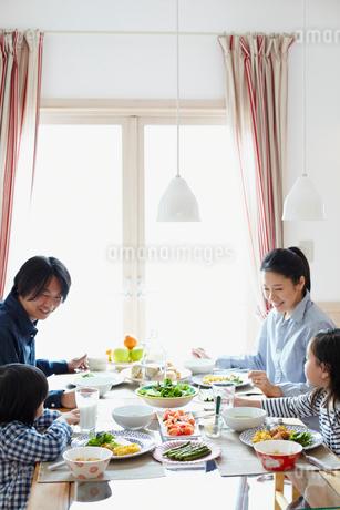 朝食を食べるファミリーの写真素材 [FYI02050571]