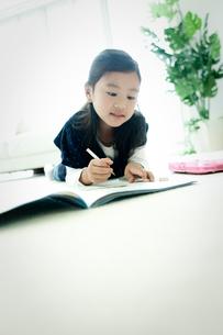宿題をする女の子の写真素材 [FYI02050576]