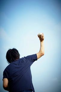 野球ボールを投げる男性の後姿の写真素材 [FYI02050584]