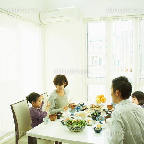 食事をするファミリーの写真素材 [FYI02050587]