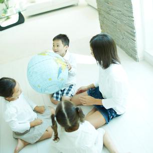 地球儀のボールと子供達の写真素材 [FYI02050603]