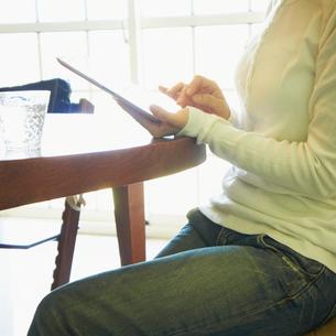 タブレットPCを操作する女性の写真素材 [FYI02050629]