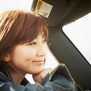 車に乗った女性の写真素材 [FYI02050634]