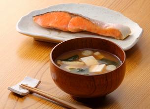 味噌汁と焼き鮭の写真素材 [FYI02050636]