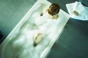 入浴する女性の写真素材 [FYI02050650]