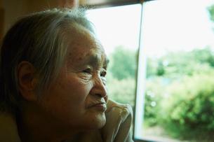 シニア女性の横顔の写真素材 [FYI02050704]