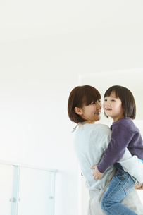 男の子を抱く母親の写真素材 [FYI02050707]