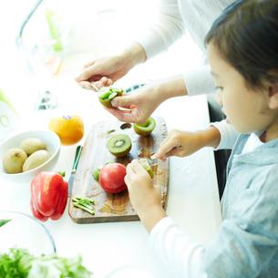 料理をする女の子と母親の写真素材 [FYI02050715]
