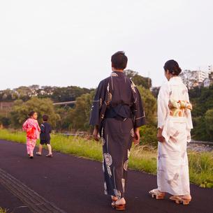 散歩をする浴衣のファミリーの写真素材 [FYI02050758]