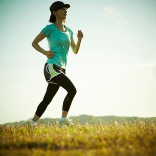 ジョギングをする女性の写真素材 [FYI02050782]