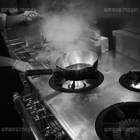 厨房で調理をする店員の写真素材 [FYI02050789]