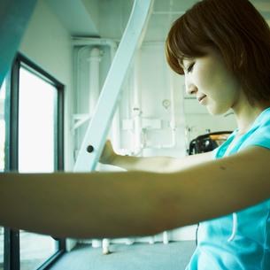 ジムで運動をする女性の写真素材 [FYI02050797]