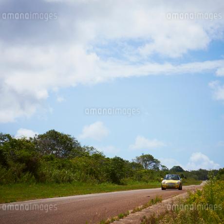 走る車の写真素材 [FYI02050815]