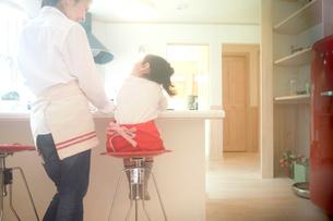 カウンターテーブルの前の母親と娘の写真素材 [FYI02050819]