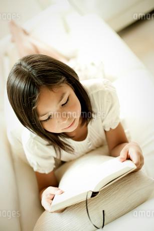 本を読む女の子の写真素材 [FYI02050847]