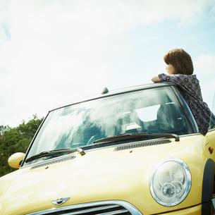 車と女性の写真素材 [FYI02050856]