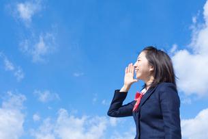 青空と叫ぶ女子学生の写真素材 [FYI02050859]
