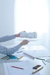 建築模型を持つ手の写真素材 [FYI02050870]