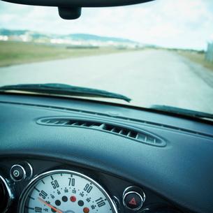 車内から見た道の写真素材 [FYI02050879]