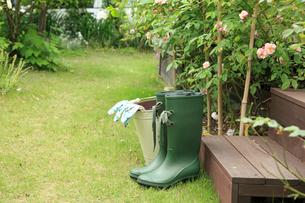 庭に置いた長靴とバケツの写真素材 [FYI02050899]
