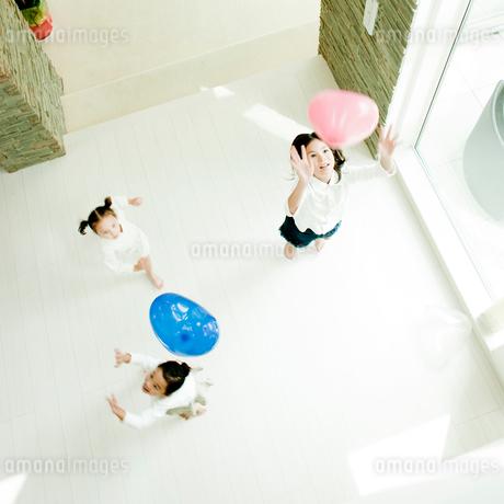 風船で遊ぶ子供達の写真素材 [FYI02050906]