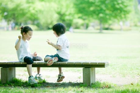 ベンチに座る男の子と女の子の写真素材 [FYI02050934]