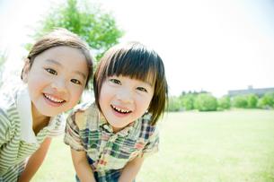 笑顔の男の子と女の子の写真素材 [FYI02050935]