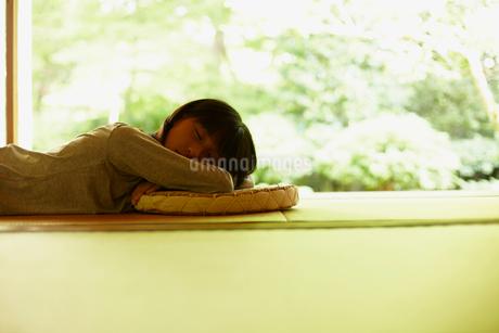 畳の上で昼寝をする女の子の写真素材 [FYI02050942]