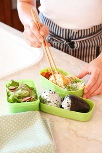 お弁当を作る女性の手元の写真素材 [FYI02050946]