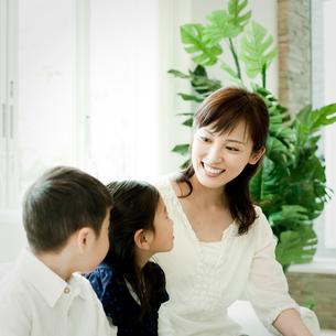 笑顔の母親と2人の子供の写真素材 [FYI02050969]