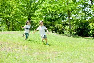 公園で走る男の子と女の子の写真素材 [FYI02050970]