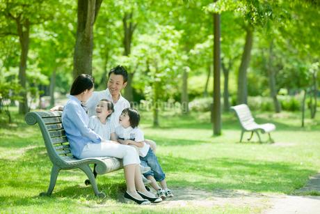 ベンチに座るファミリーの写真素材 [FYI02050978]
