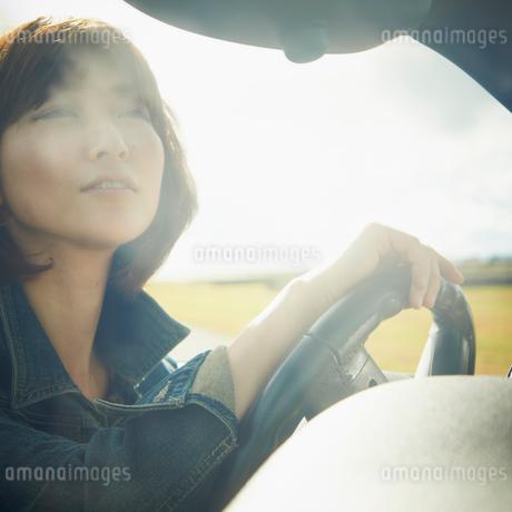 ドライブをする女性の写真素材 [FYI02050991]