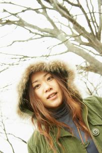フードを被った女性の写真素材 [FYI02051004]
