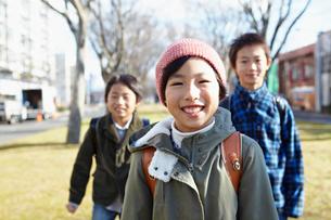 3人の小学生の写真素材 [FYI02051024]