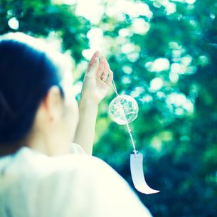 風鈴を持った浴衣の女性の写真素材 [FYI02051031]
