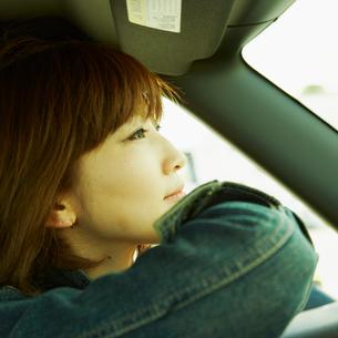 車に乗った女性の写真素材 [FYI02051043]