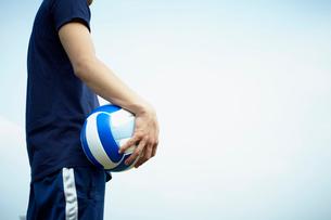 バレーボールを持つ男性の写真素材 [FYI02051058]