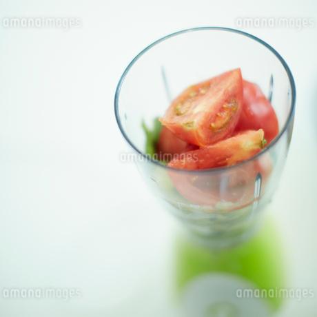 ミキサーの中のトマトの写真素材 [FYI02051093]